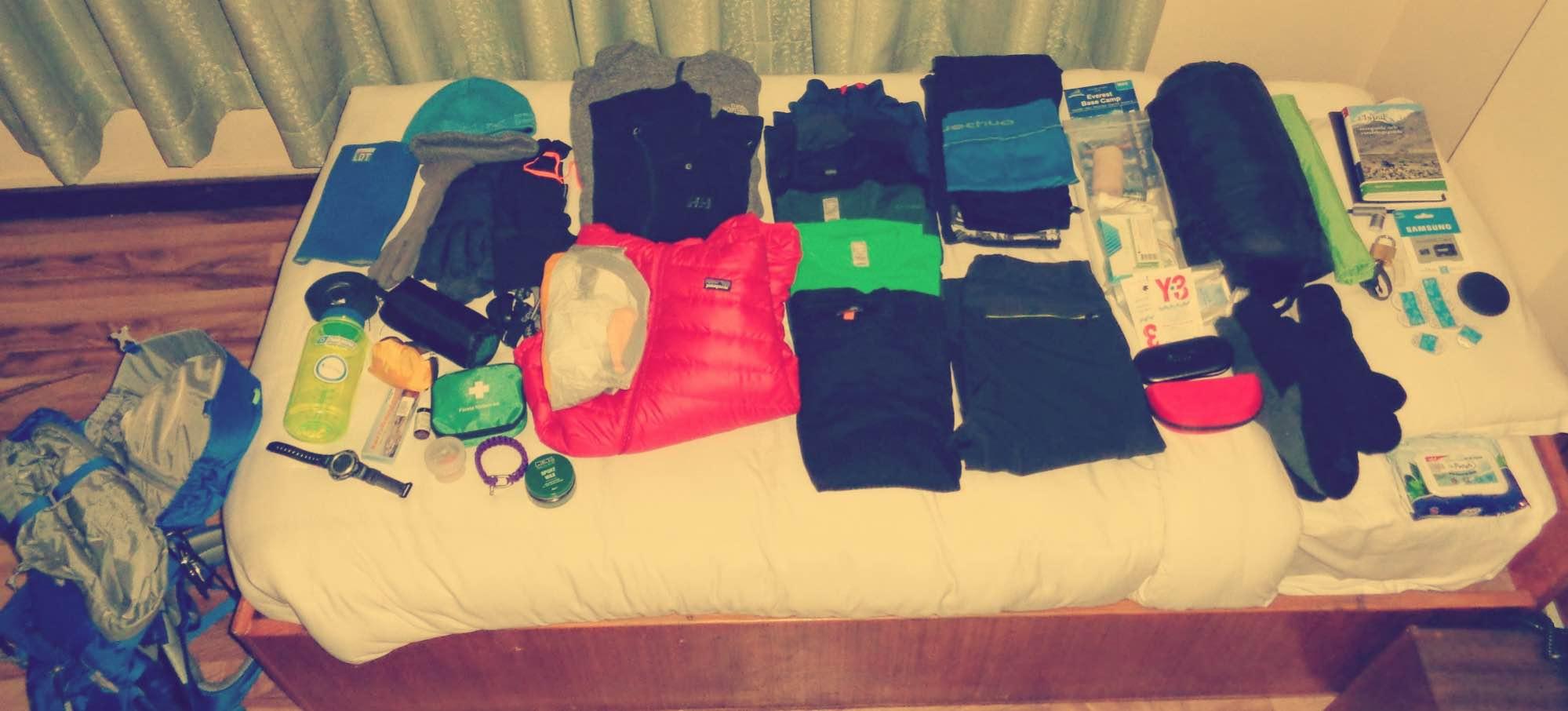 Genomgång av packning på hotellrum i Katmandu. Här är sista chansen att lämna kvar onödiga extrakilon innan avfärd. Foto: Clarence Frenker