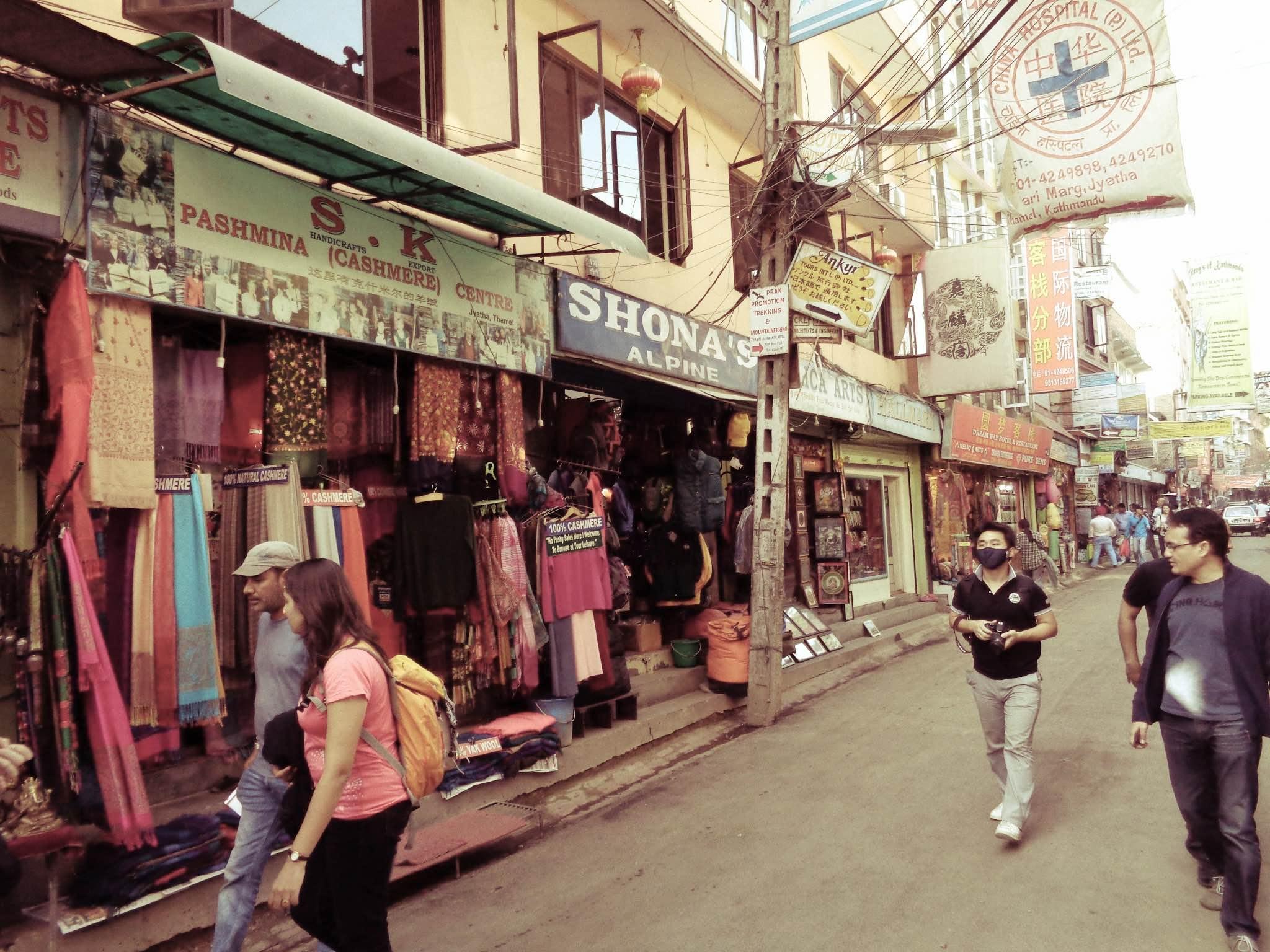 I stadsdelen Thamel ligger trekkingbutikerna tätt och det mesta går att köpa där. Shonas Alpine Store är välrenommerad och de som jobbar där vet vad du behöver. De bedriver bland annat egen tillverkning av sovsäckar. En expeditionssovsäck med 1, 2 kilo australiensiskt gåsdun kostar cirka 100 dollar. Foto: Clarence Frenker