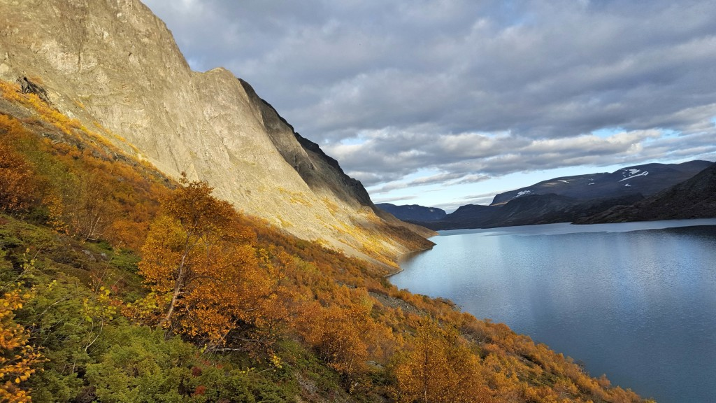 Beseggen är en 1, 5 mil lång bergskam som löper längs sjön Gjenden i Norge. En vandring tar cirka åtta timmar. Platsen rankas på flera håll som en av världens vackraste.